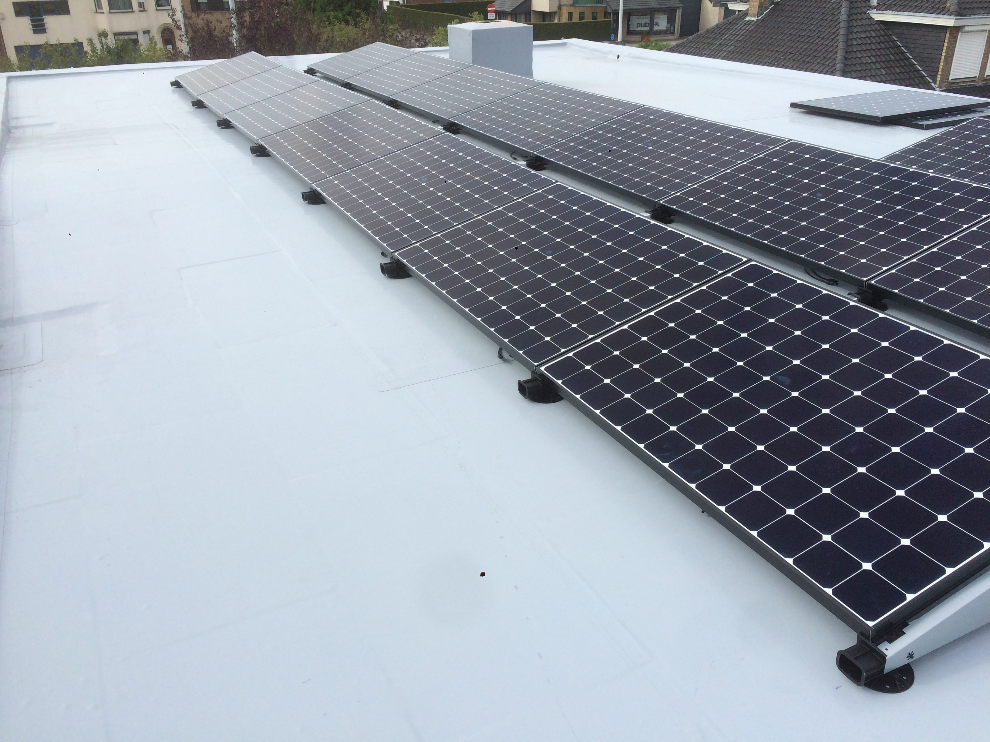 sunpower-panels-with-flatfix-low-ballast-system-2